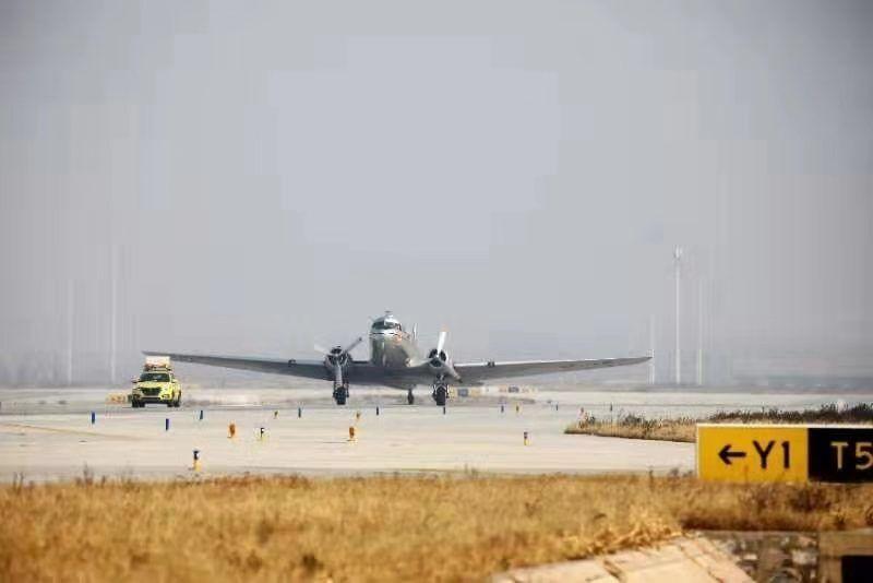 DC-3飞机落地大兴机场。摄影:中国民航报 汪洋