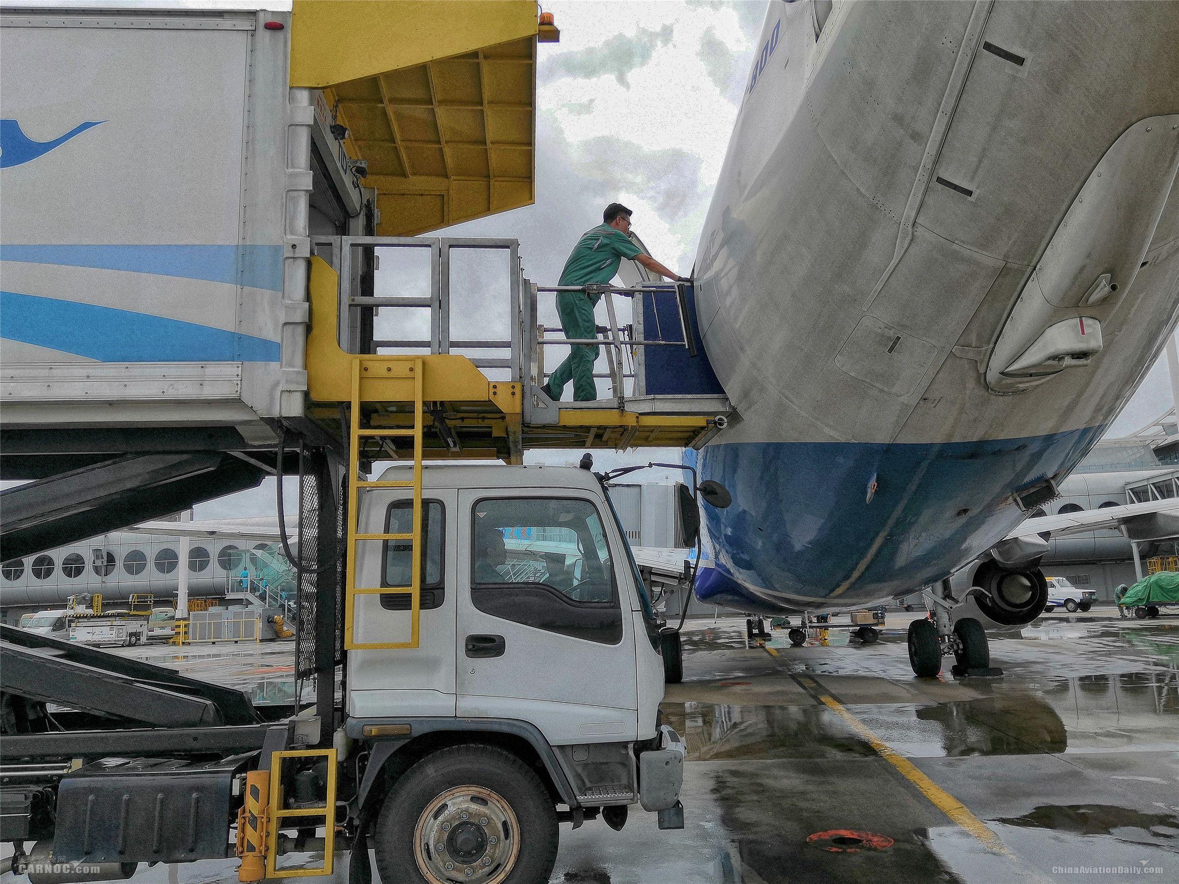 航机员使用新款过道装置安全快速保障航班-高源供图