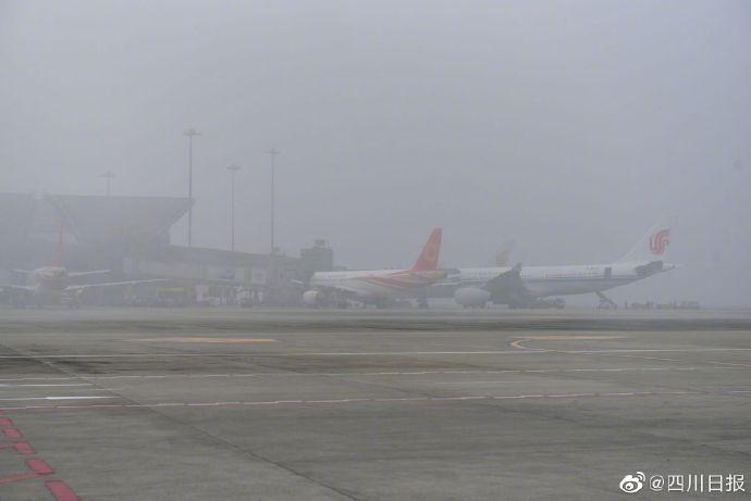 """""""打飞的""""注意了!成都机场因雾多航班积压"""