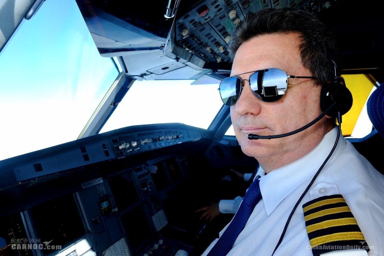 罗伯特机长:我爱成都,我爱成都航空!