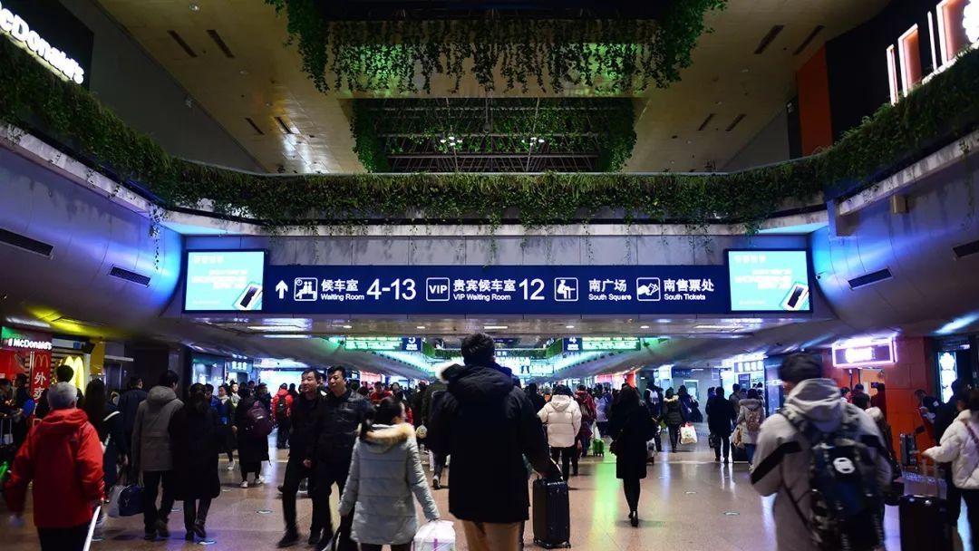 周五下班之后,拉总抵达北京西站。