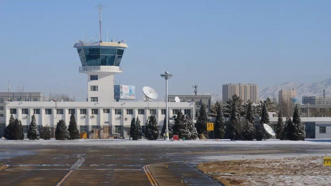 包头机场塔台与雪山