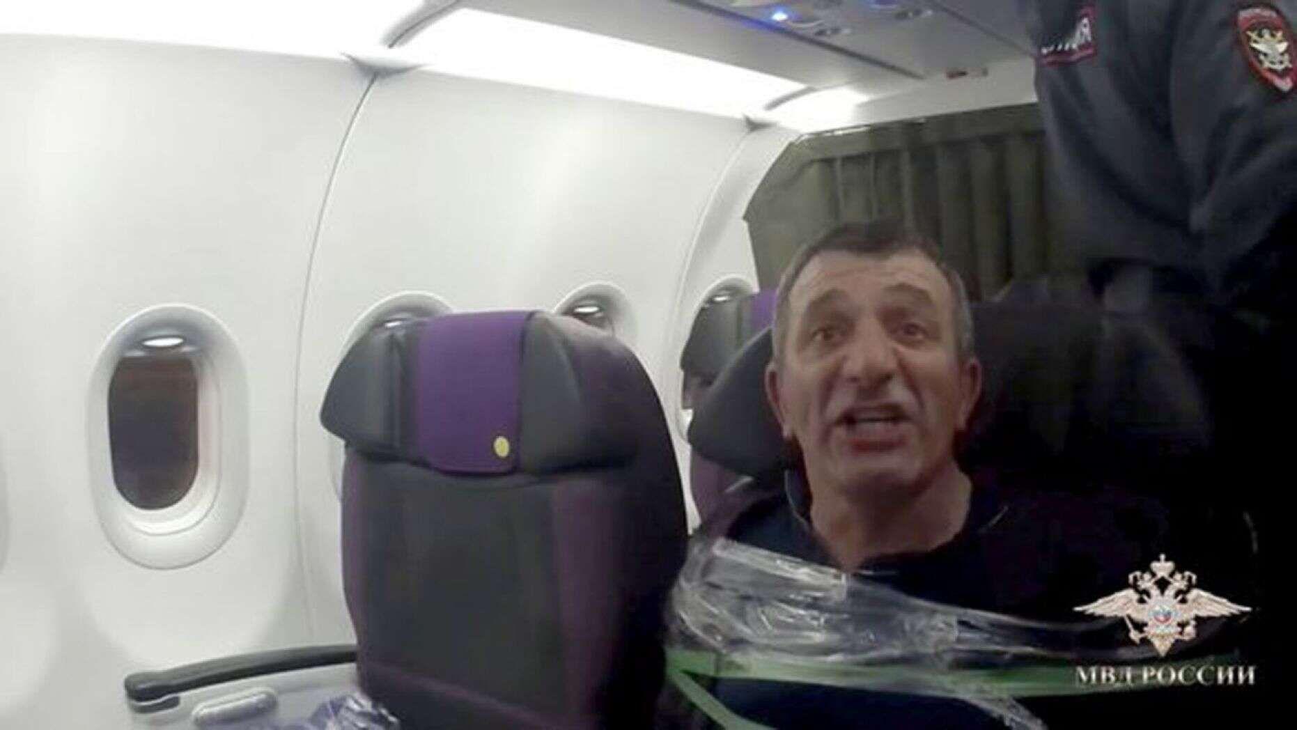 俄罗斯国内航班一醉酒男子闯驾驶舱 被乘客用胶带绑住