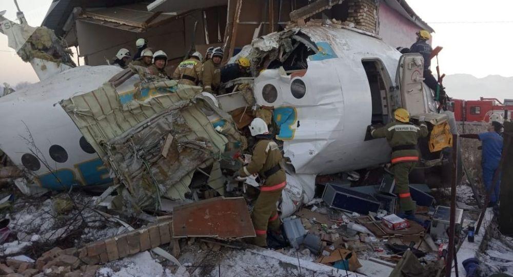 哈萨克斯坦坠机瞬间视频:飞机失控冲破护栏