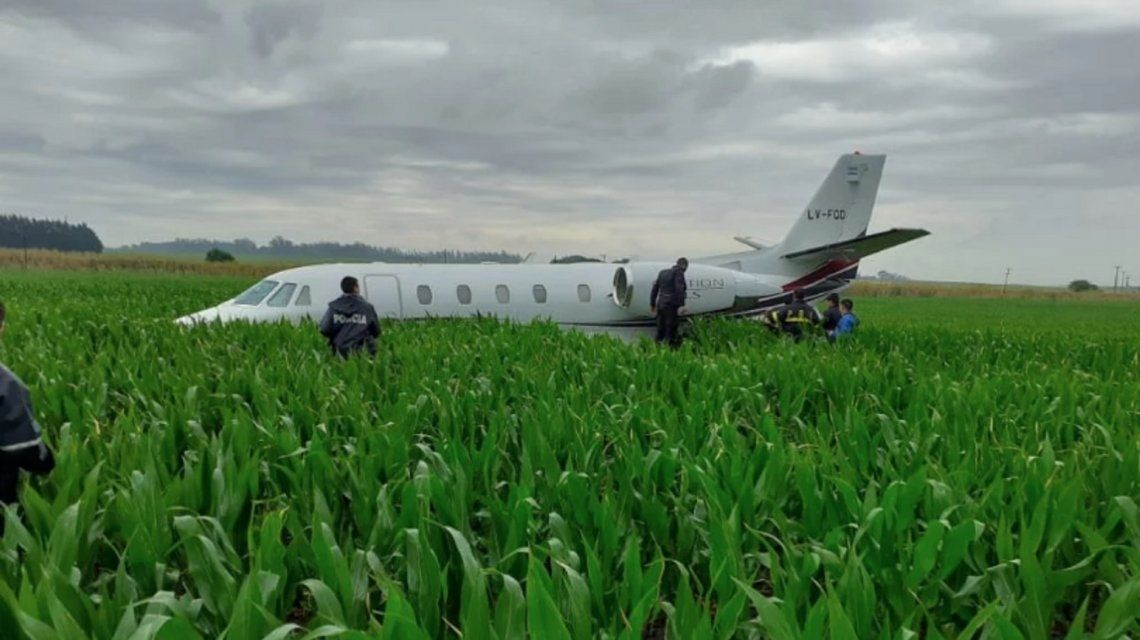 阿根廷一架运输机成功迫降玉米地 9名乘客安然脱险
