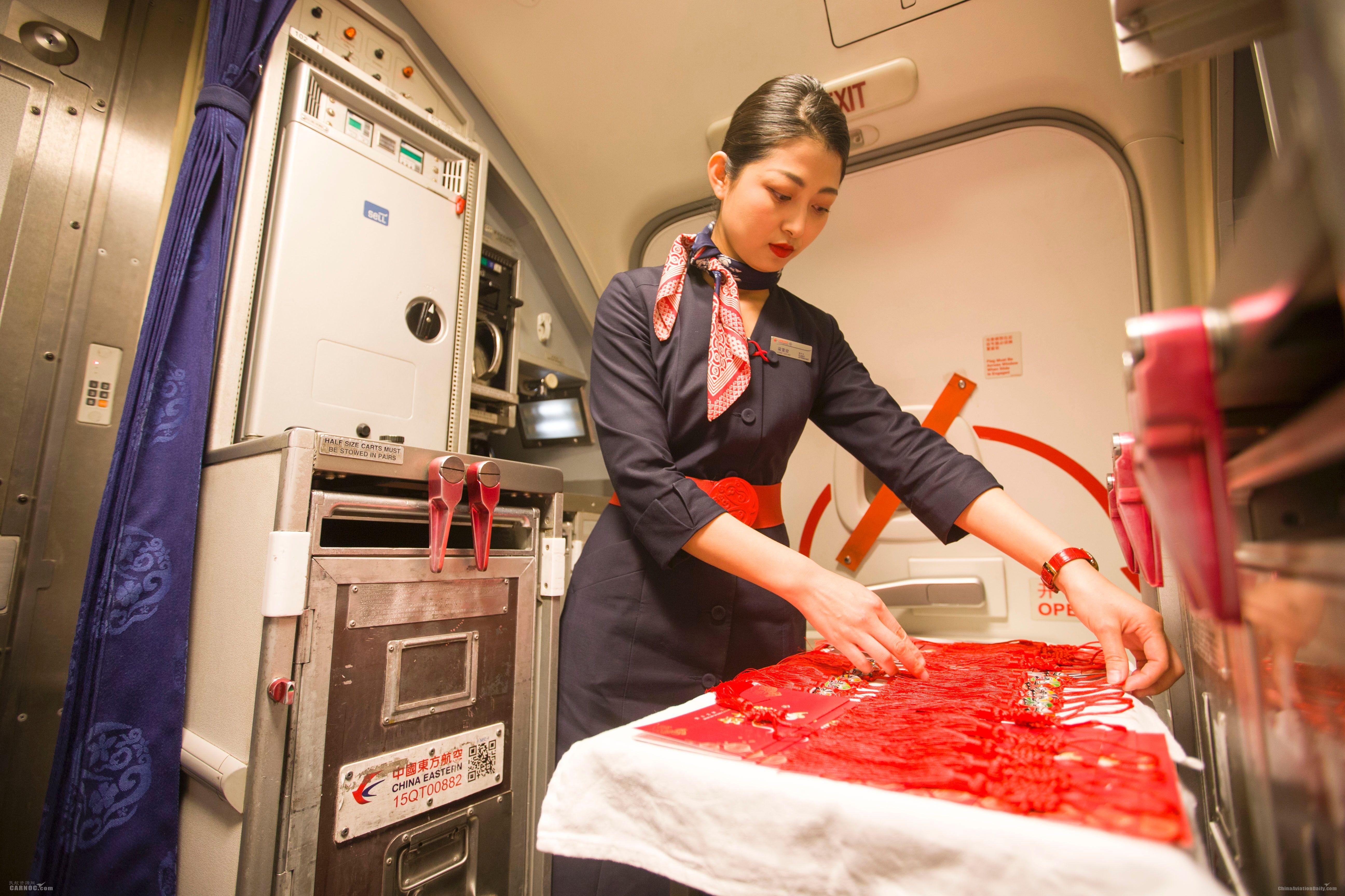 东航举办特色航班与旅客万米高空零点迎新年