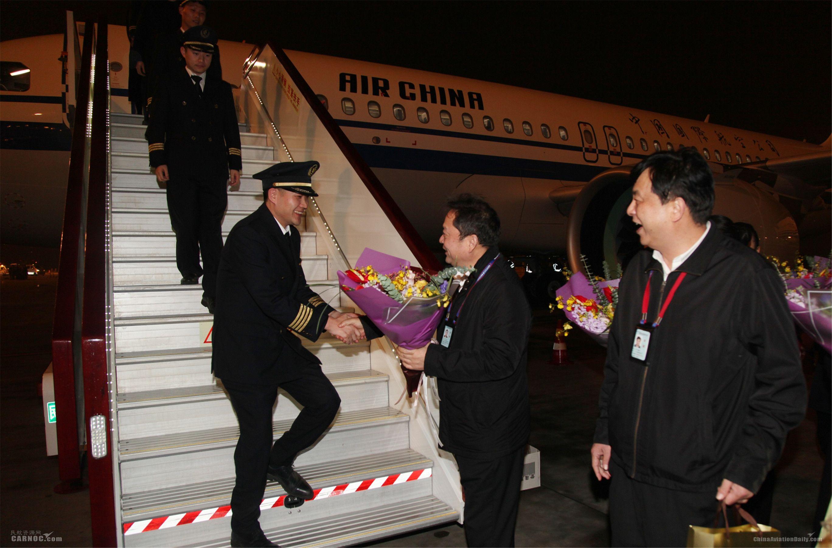 西南分公司领导迎候CA4304航班机组并向组员献花