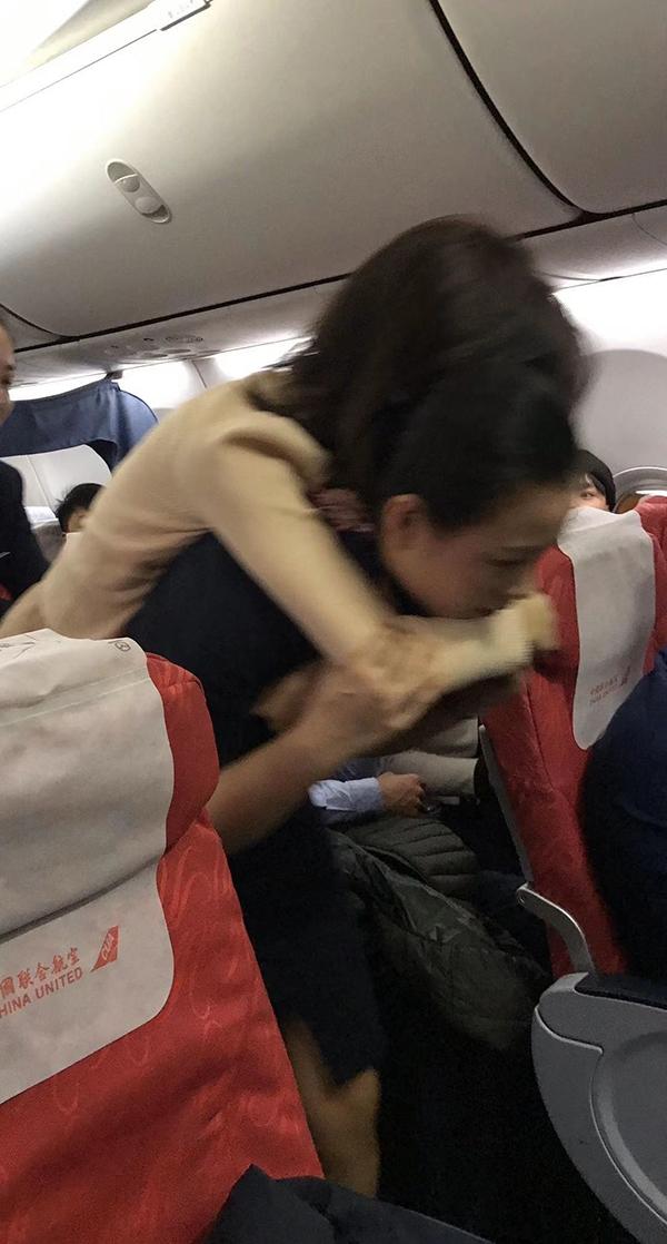 张琪琪背起乘客送到机舱门口
