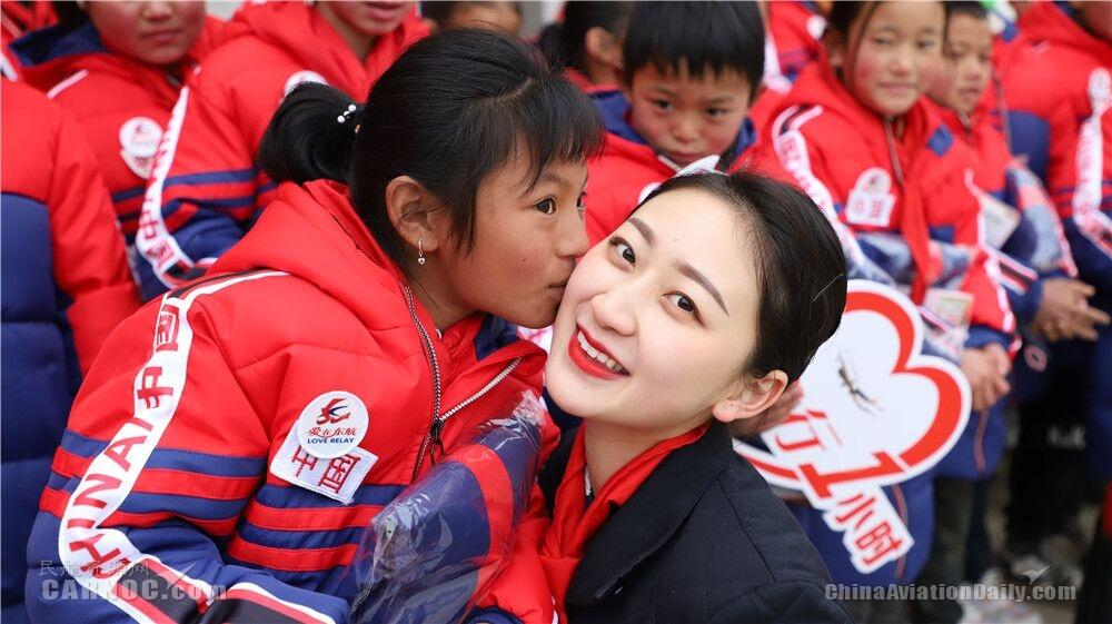 东航四川分公司再赴凉山 为孩子们捐赠御寒衣物