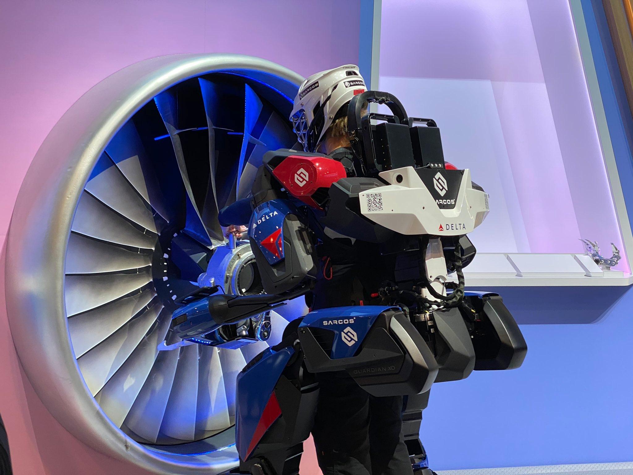 视频:变身超人?达美率先推出机器人外骨骼 轻松举起90公斤