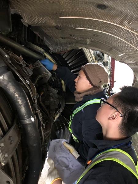 汕航义乌基地机务进行发动机检修工作