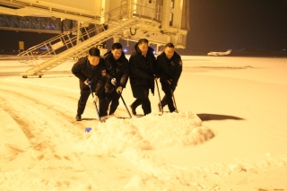 库尔勒机场迎今冬首场降雪,齐心协力确保运行安全
