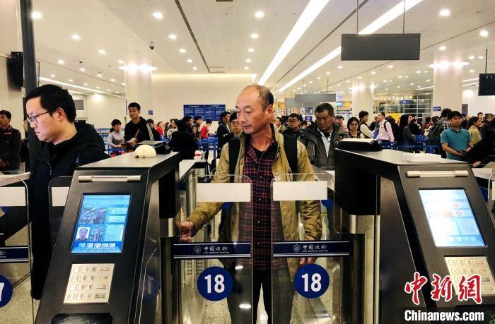 春运首周 上海浦东机场口岸出入境人数日均逾11万
