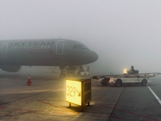 """当""""小年""""遇上大雾,东航真情服务助力回家路"""