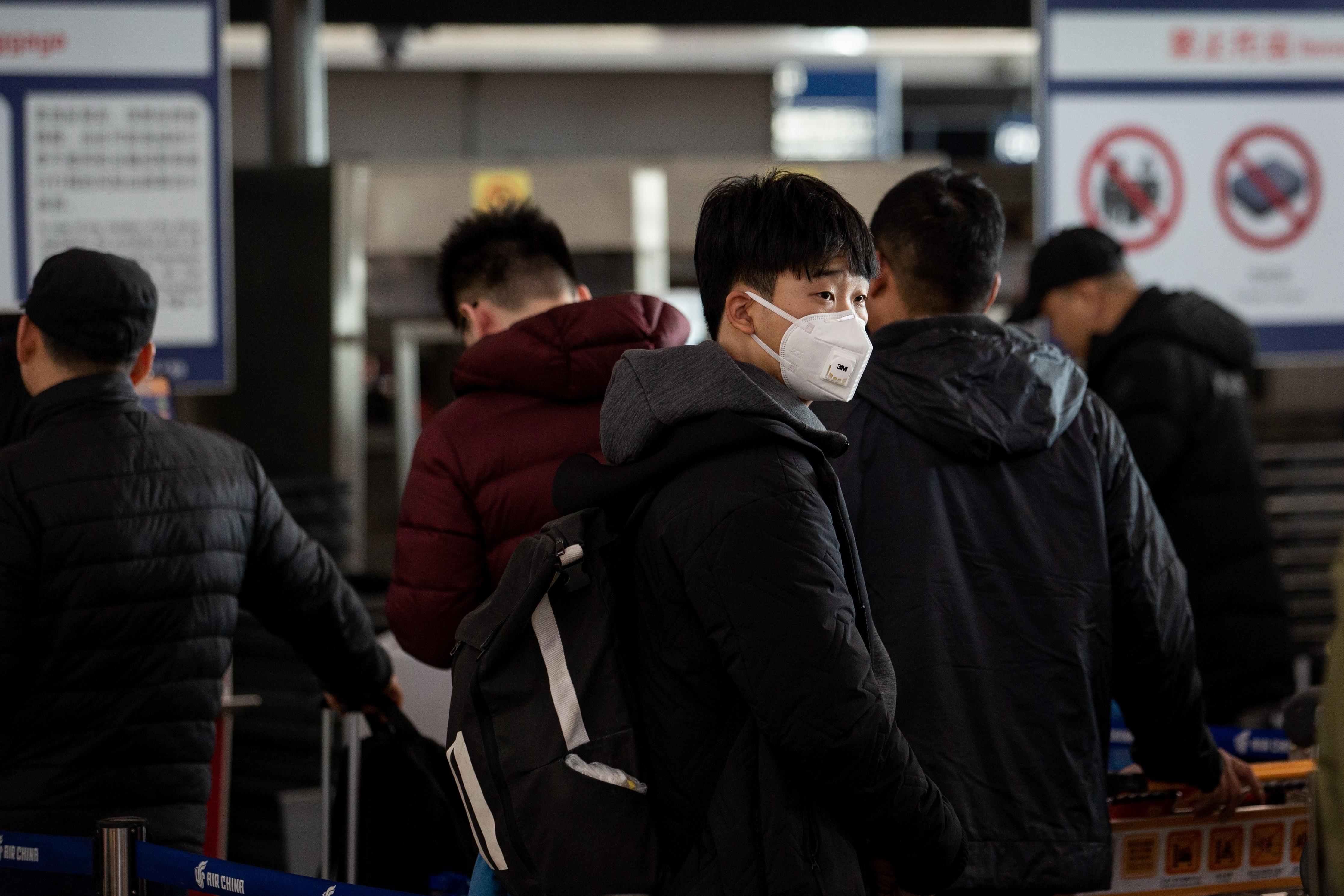 探访首都机场:旅客自备口罩,安检人员称未收到防控通知