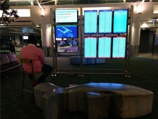 硬核玩家将PS4连接机场大屏玩游戏,被带走前要先玩完游戏