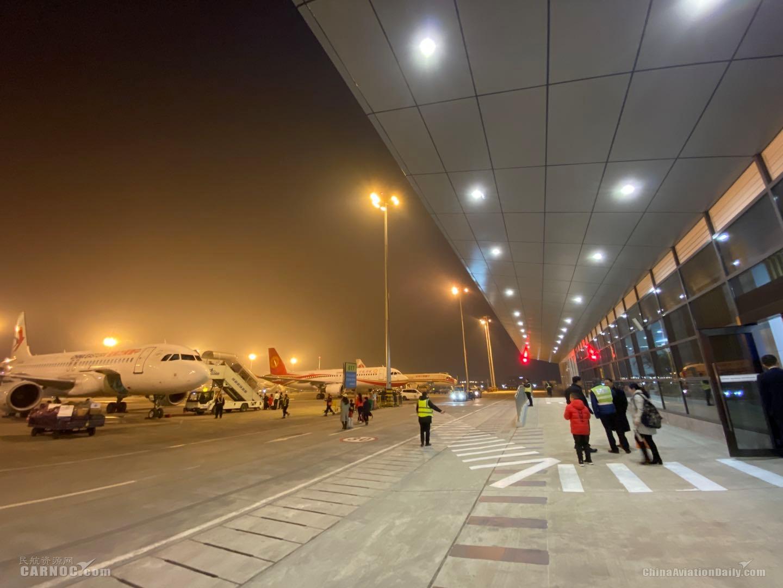 成都双流机场卫星厅正式启动 东航迎来首批使用旅客