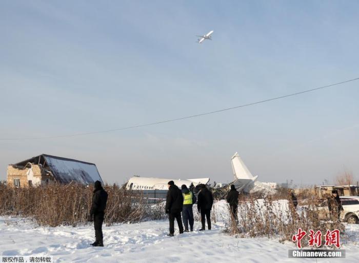 哈萨克斯坦坠机事故致12死 官员称300人已接受询问