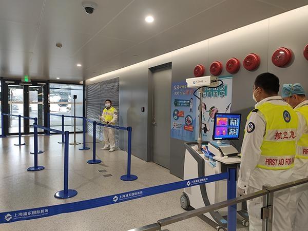 上海对武汉来沪航班上的旅客开展体温检测
