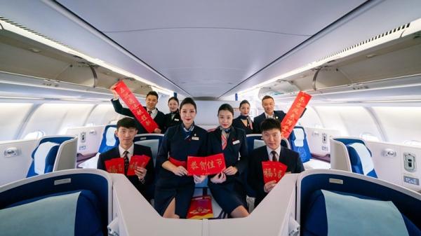 东航MU711:四对新人护送旅客暖心回家