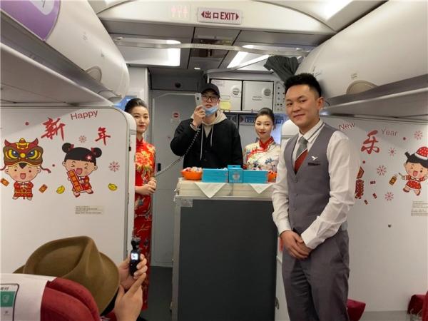 红土航空开展除夕机上活动 与旅客在万米高空共庆佳节