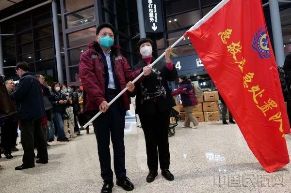 136名上海医疗队员除夕夜乘东航航班飞往武汉