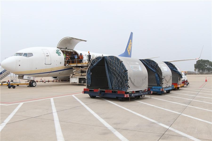 邮航专机装载着新冠状疫苗研发物料等应急物资飞抵武汉