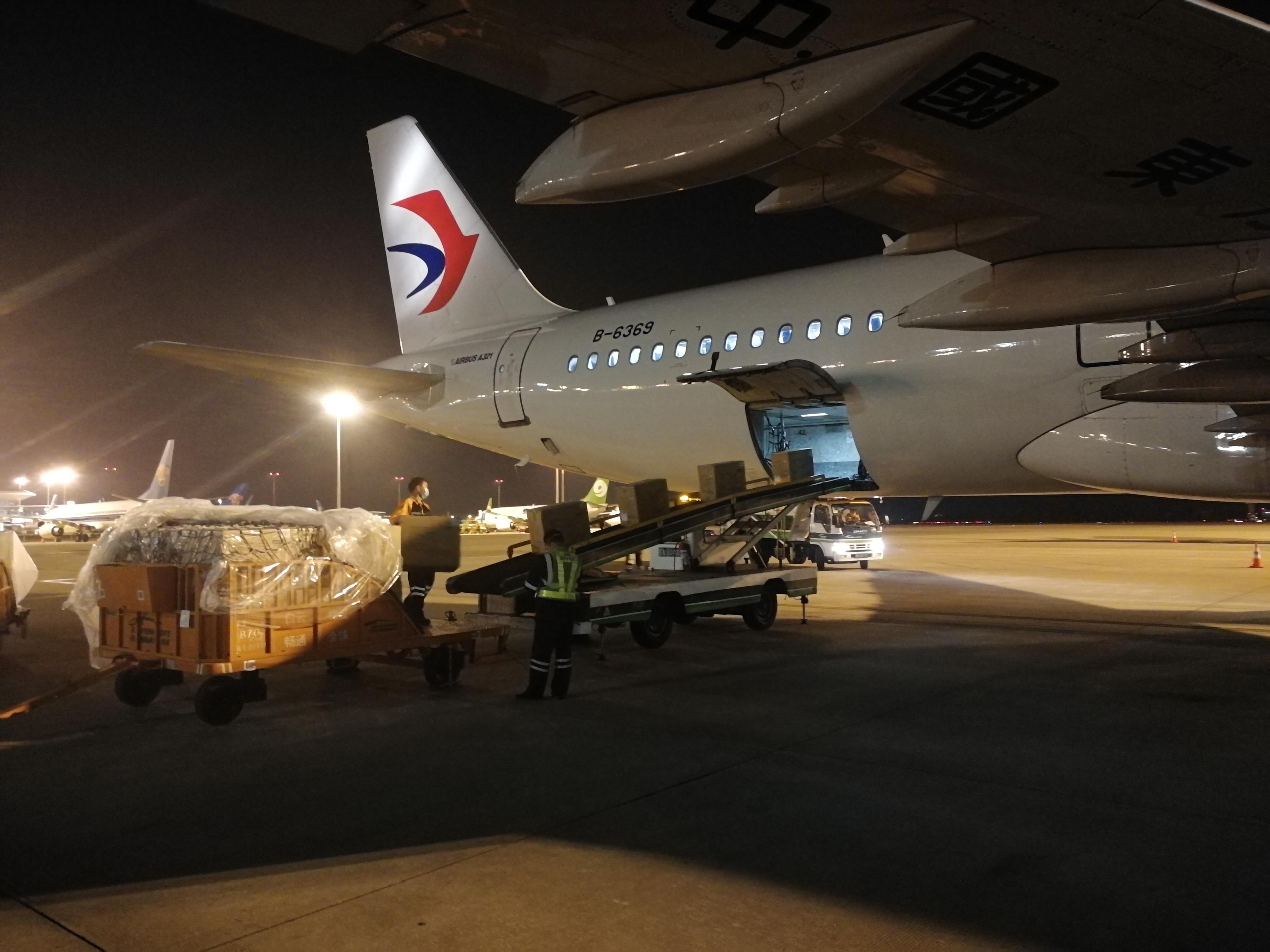 东航承运一批疫情防控物资飞抵南京