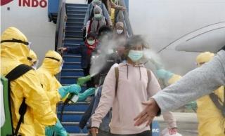 """視頻:真""""接風洗塵""""!印尼撤僑對乘客噴消毒劑"""