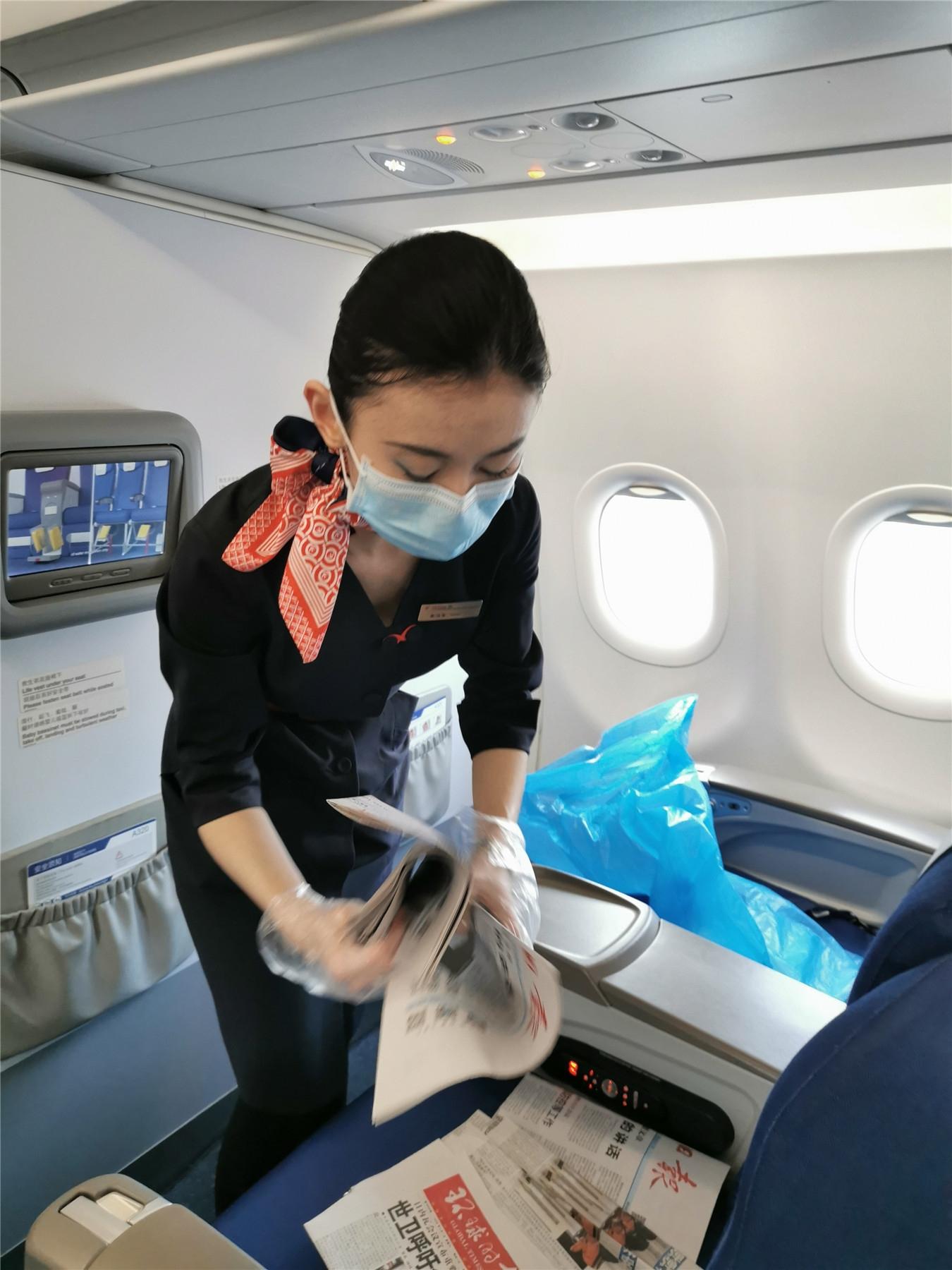 妹妹刘霖萱在航班上工作