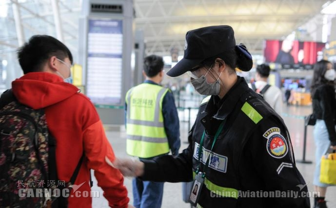 航站楼防爆安检口给旅客做体温检测
