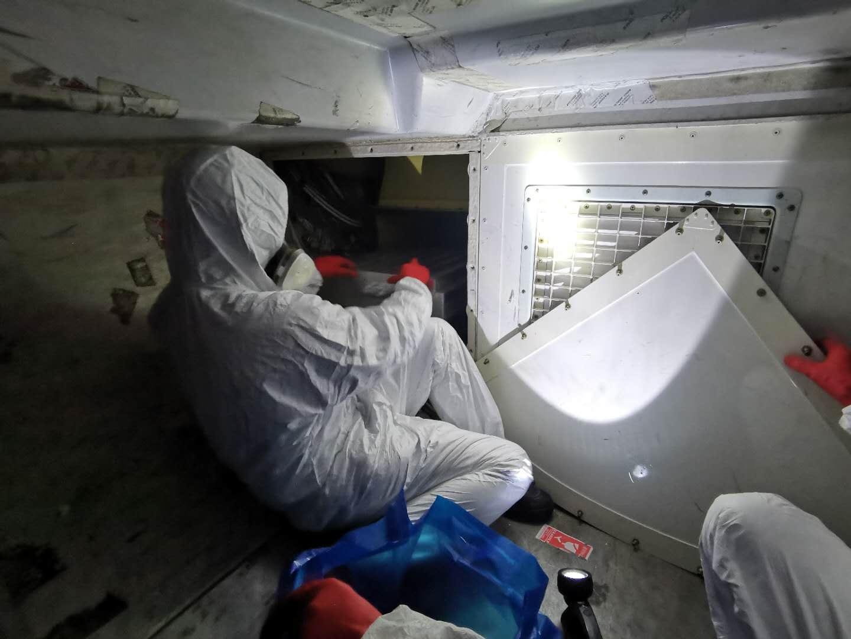 机务人员正在更换高效空气过滤装置(HEPA)