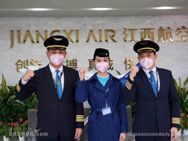 湖北籍机组人员:机长王飞(左)乘务员谢甜甜(中)机长何跃(右)张瀚中摄(1)