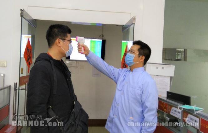 长安航空航医为一线人员测量体温