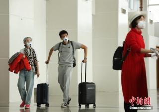 2月10日,旅客在海南三亚凤凰机场候机大厅等待登机。除了口罩以外,面具、雨衣、浴帽、太阳镜、游泳镜等,都成为出行旅客的防疫防护用品。中新社记者 杜洋 摄