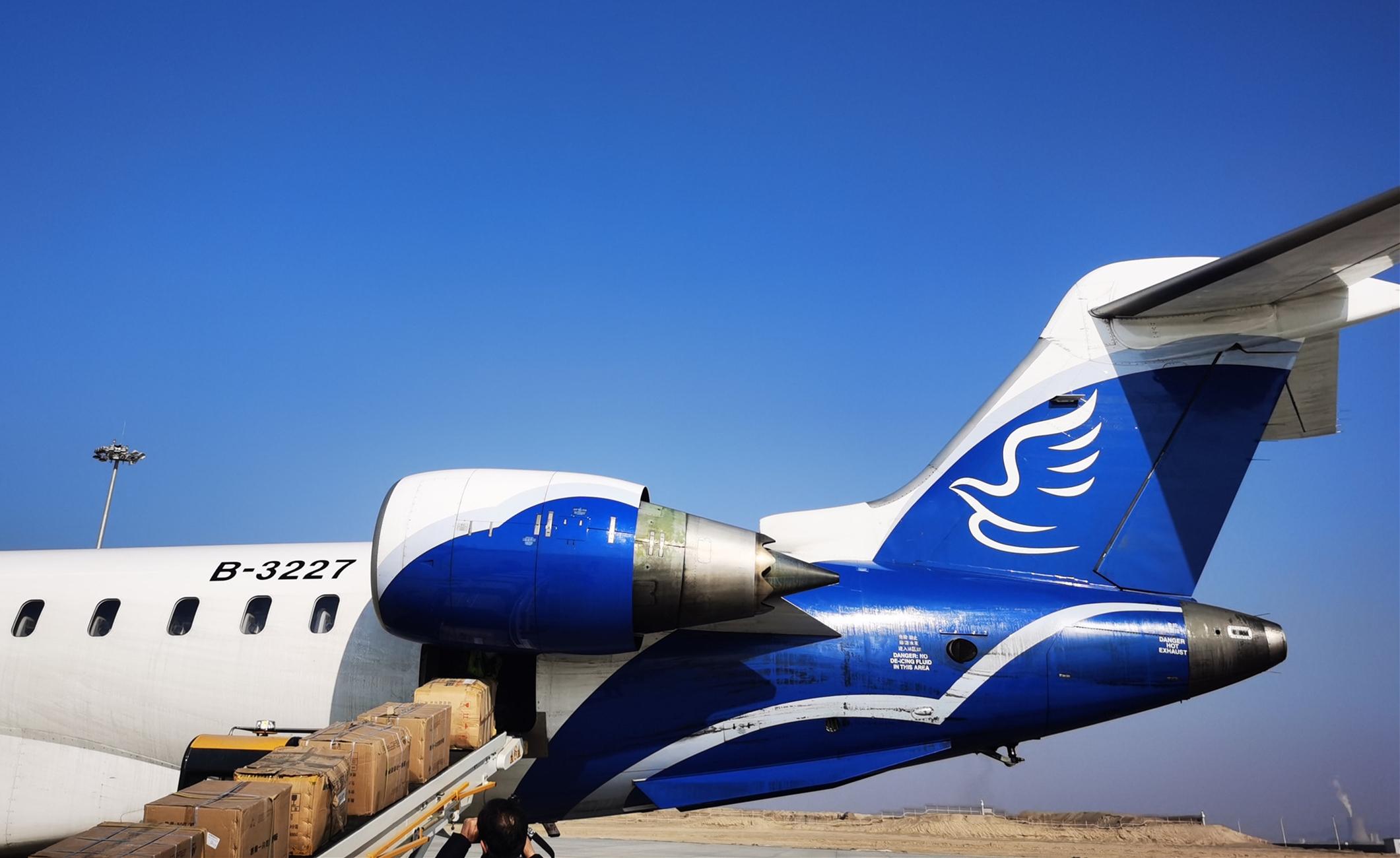 208箱医用防护物资从库尔勒机场发往乌鲁木齐,用于支援抗击疫情