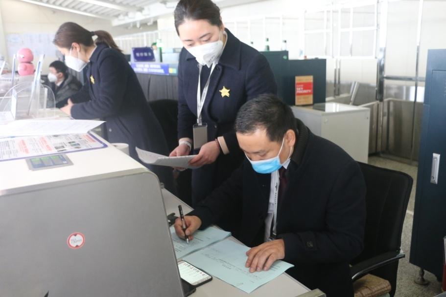 """衡阳机场""""疫线""""上的知心大哥刘海涛"""