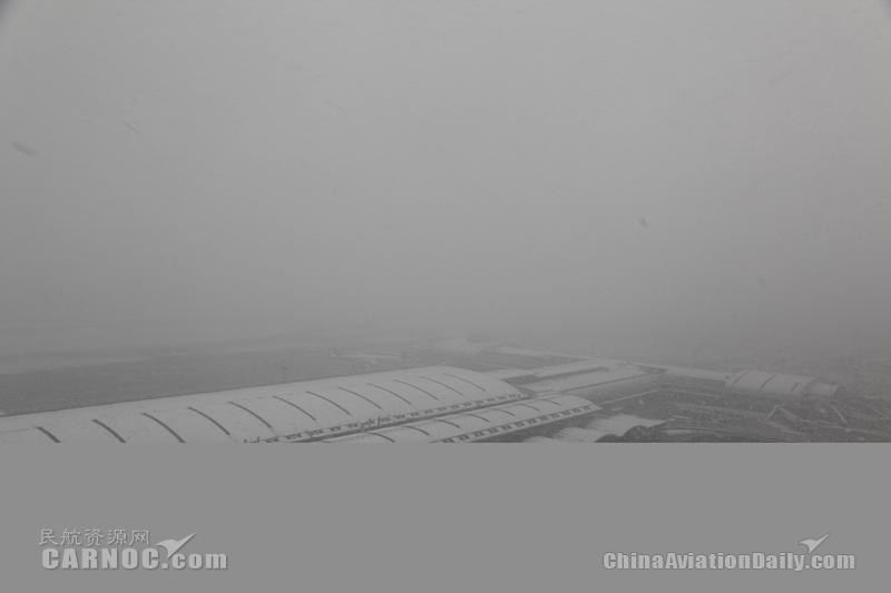 北京两场今日大雪骤降 抗疫航班风雪中起飞