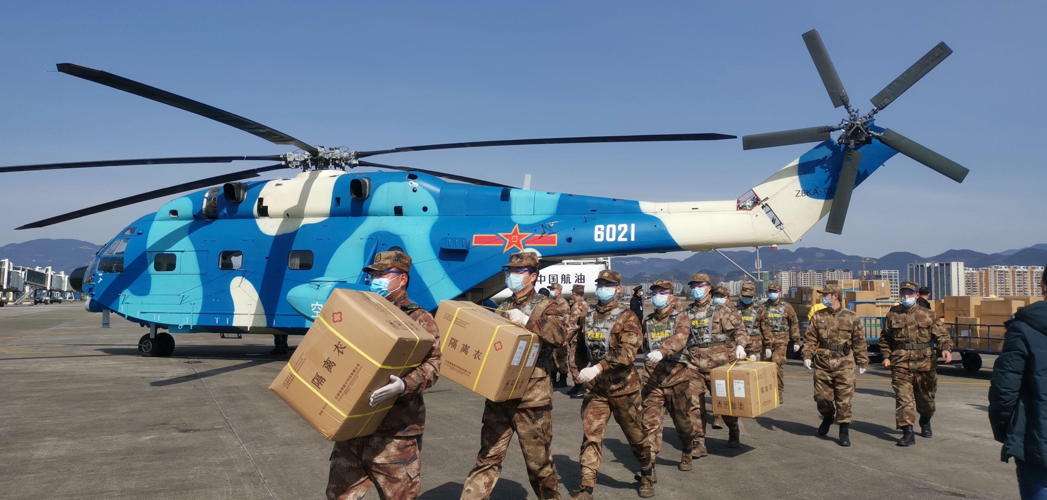 一架載有緊急物資的軍用直升機抵達恩施機場