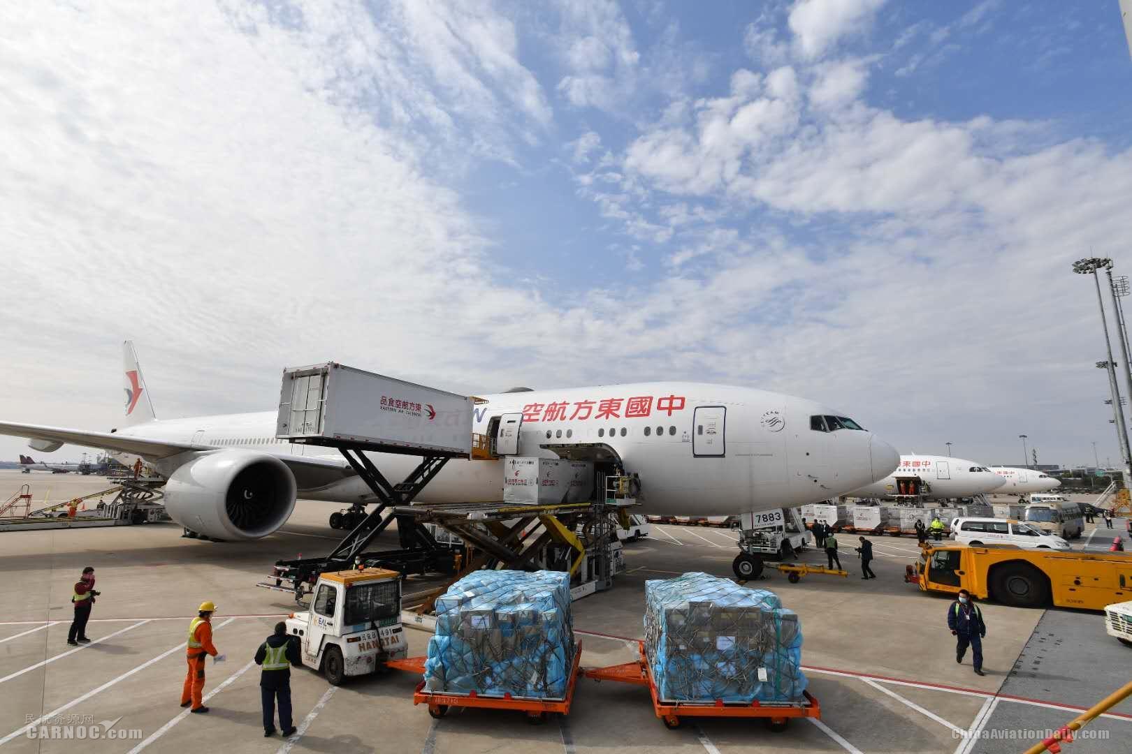 图片 东航大型宽体飞机再飞武汉 运送513名上海医护人员出征抗疫