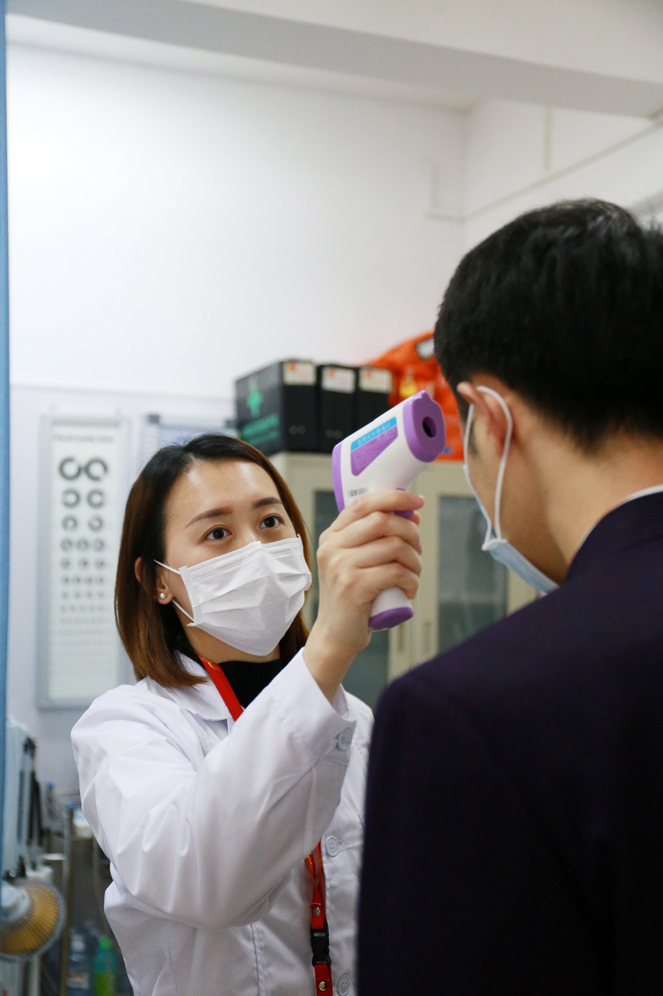 北部湾航空航医龙丽燕为航班机组成员检测体温