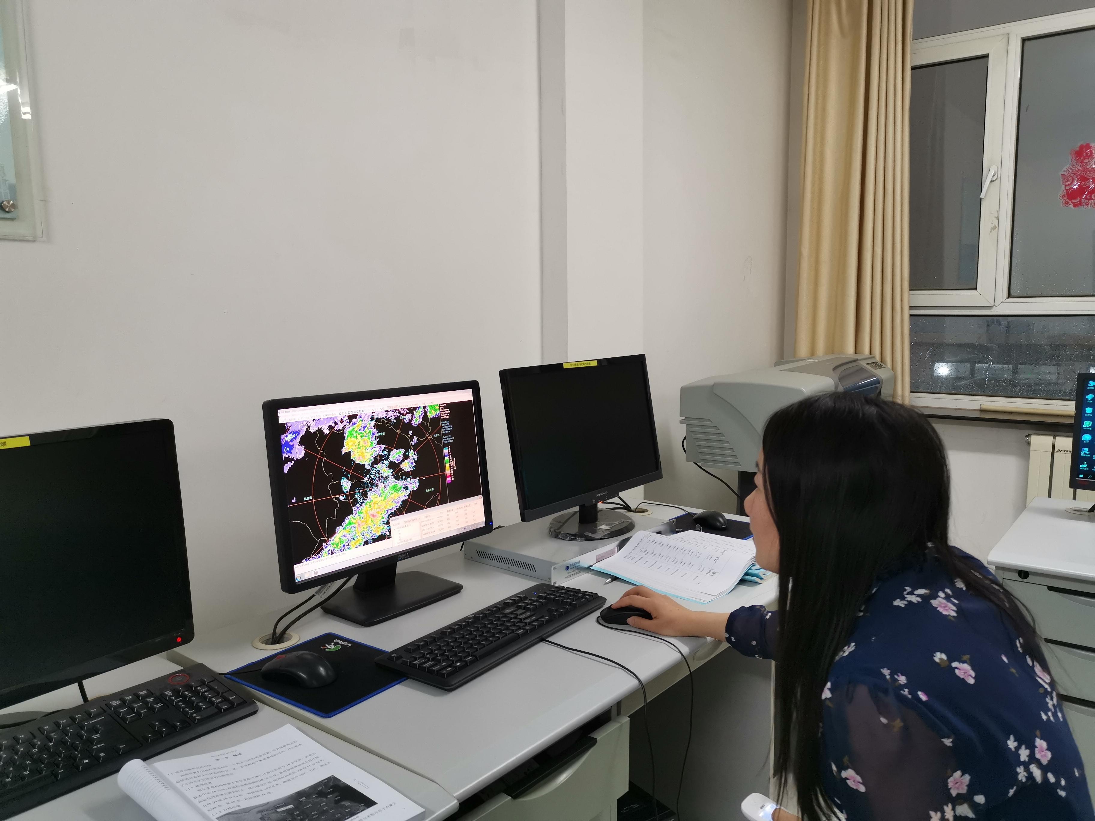 预报员正在分析气象雷达图像