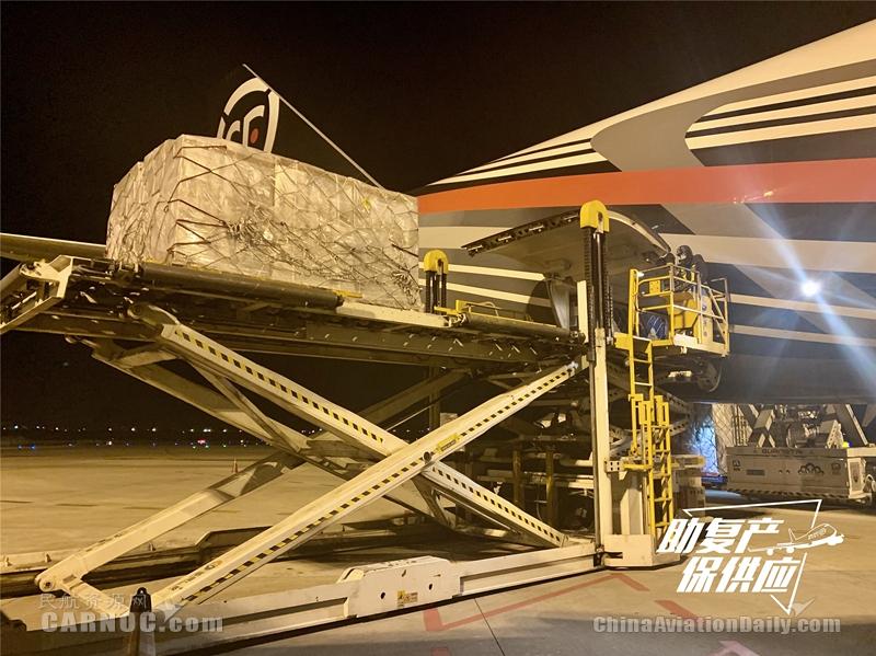 """3月17日晨,顺丰航空""""无锡=新加坡""""国际航线首航航班保障现场。"""