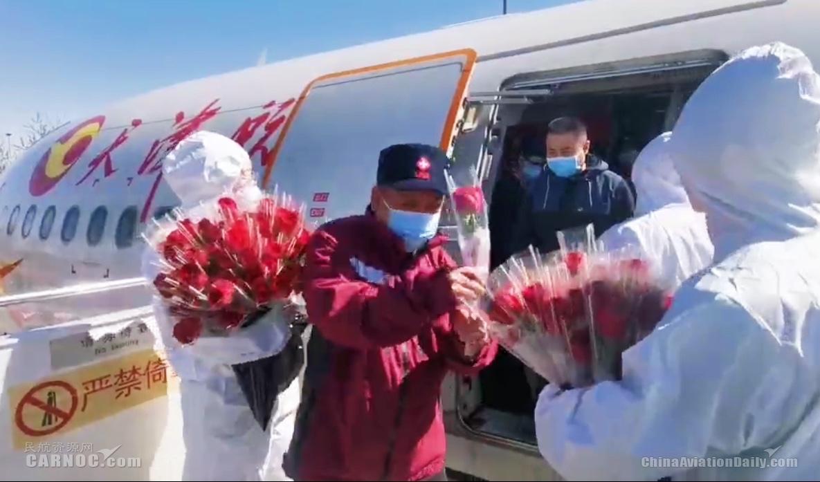 天津航空向医护工作者献花