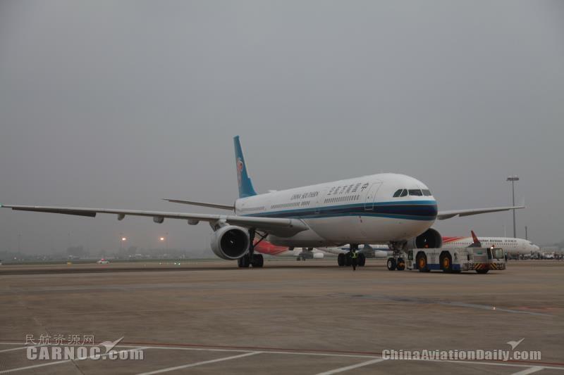 南航包机护送中国向东盟国家派遣的首支抗疫医疗队抵达柬埔寨