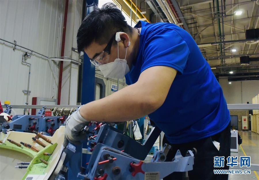 3月25日,工作人员在天津波音复合材料有限责任公司厂区工作。 近日,天津波音复合材料有限责任公司加紧生产波音公司民机全机型相关复合材料零部件。目前企业1100余名员工全部到岗,复工人员比例达到100%