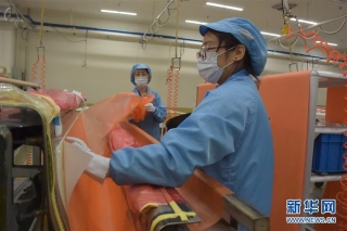 3月25日,工作人员在天津波音复合材料有限责任公司厂区工作。 近日,天津波音复合材料有限责任公司加紧生产波音公司民机全机型相关复合材料零部件。目前企业1100余名员工全部到岗,复工人员比例达到100%。 新华社记者 周润健 摄