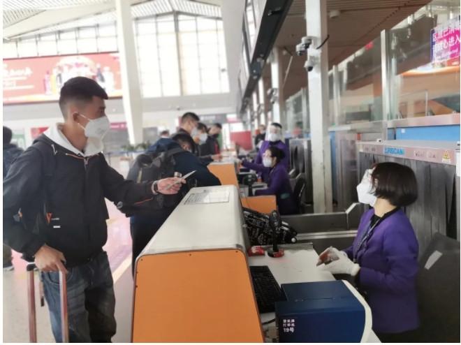 青海省首架复学包机载124名师生飞往济南