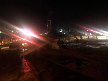 一架载有8人小飞机在马尼拉机场坠毁