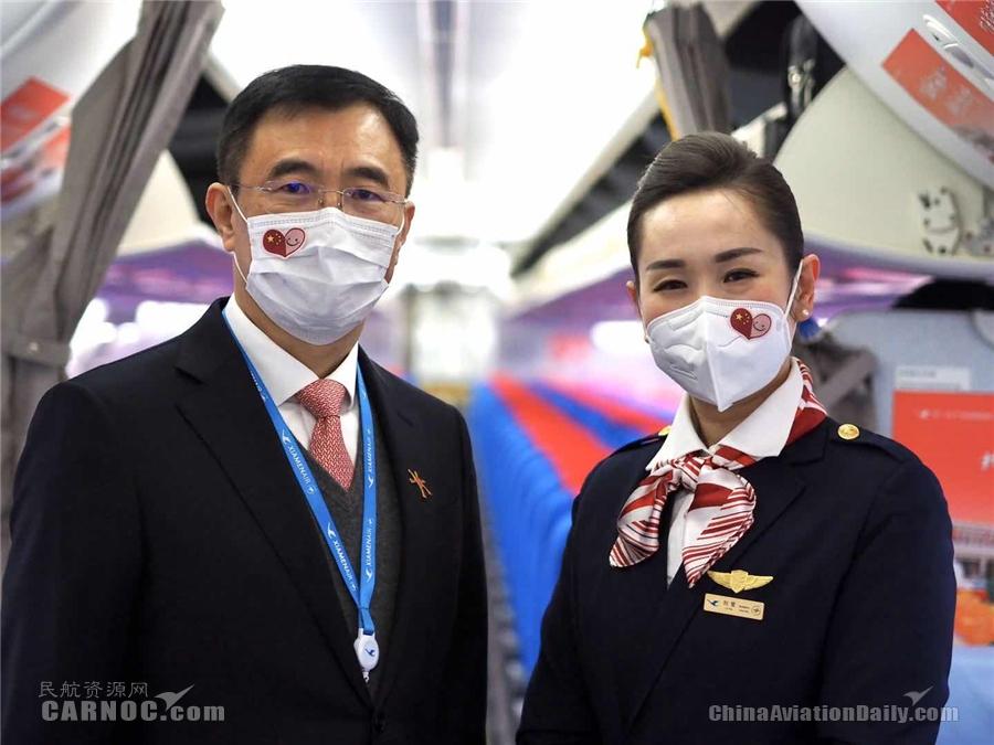 右为刘莹,左为厦航北京分公司总经理陈立